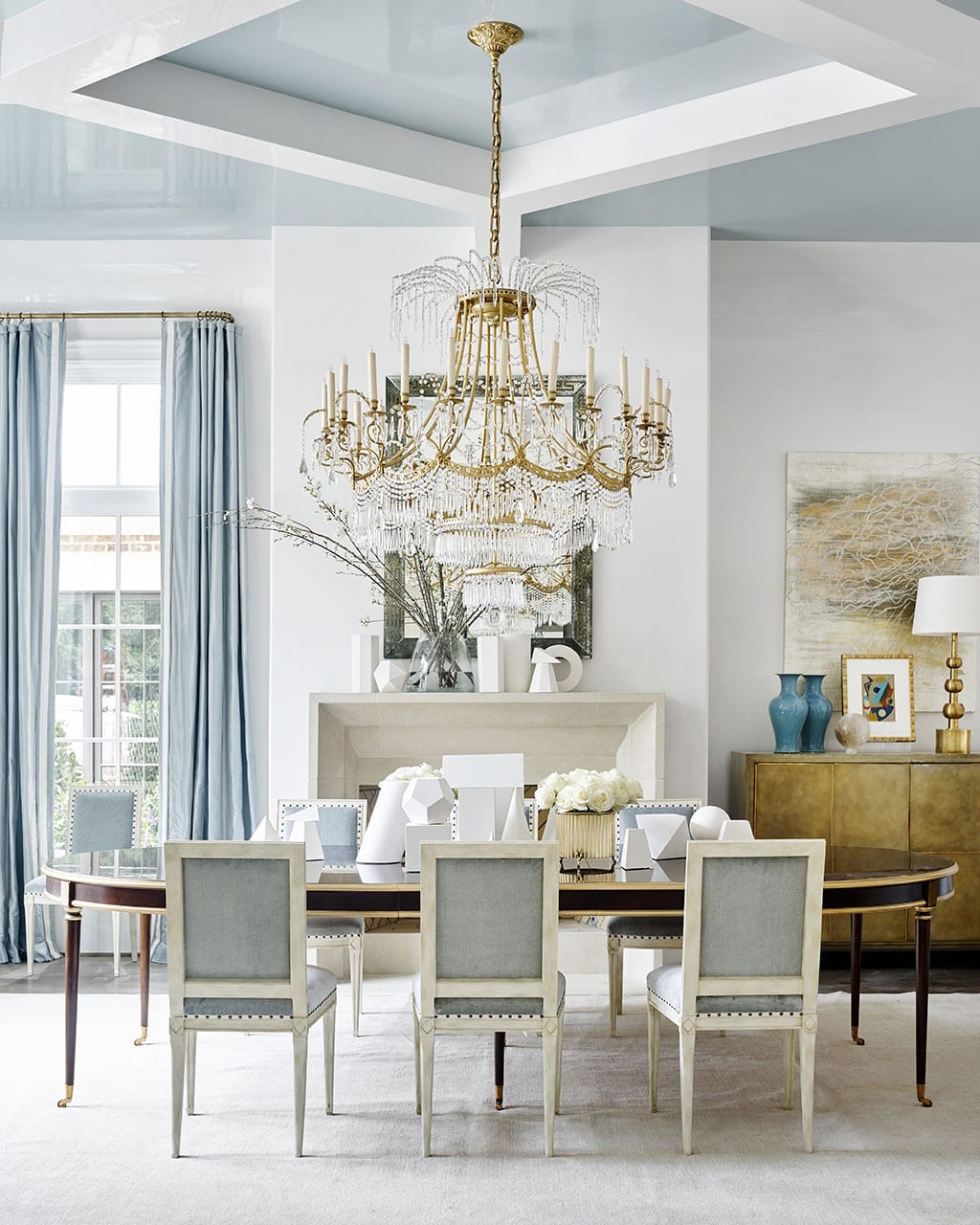 Suzanne-Kasler-Dining-Room-white-walls-blue-drapery-and-upholstery-pale-blue-ceiling