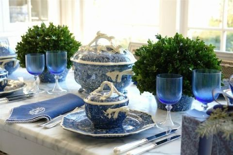 b54c163ced0a83_-_hbx-blue-white-tablescapes-carolyn-roehm