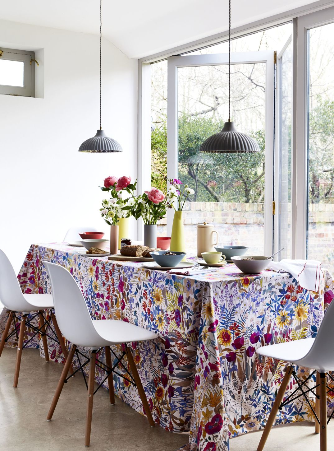 white-dining-room-floral-tablecloth-1565014924