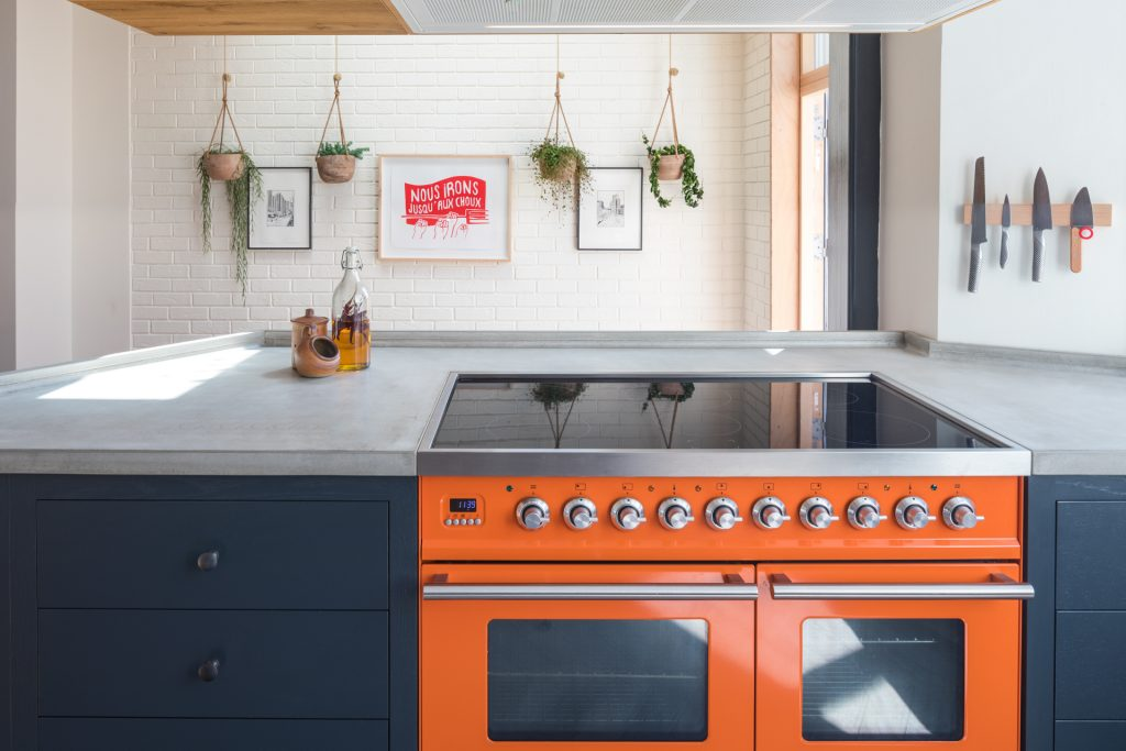 The-loft-kitchen-Ilve-Roma-range-charlottes-locks-with-chefs-knives-plants-and-concrete-worktop-1024x683