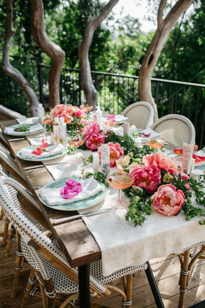 chic spring outdoor tablescape with a relaxing coastal vibe