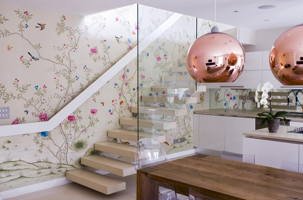 chinoisserie wallpaer in a modern home